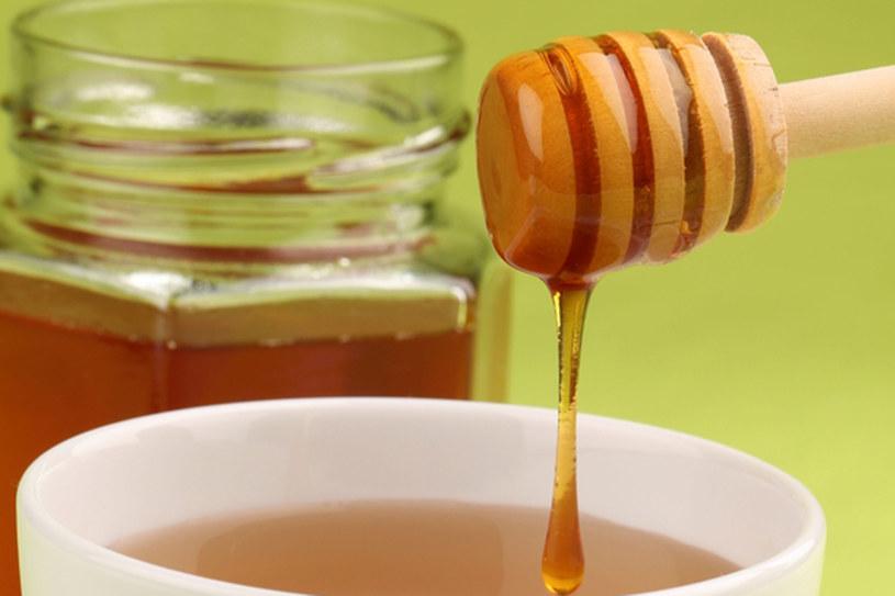 Lubisz dodawać miód do herbaty? poczekaj aż ostygnie /© Panthermedia