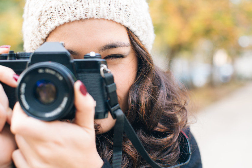 Lubisz dzielić się na bieżąco relacją z udanej zabawy? Weź z sobą aparat, który ma wbudowany moduł Wi – Fi i odpowiednią aplikację pozwalającą na  udostępnianie pięknych zdjęć oraz filmów bez korzystania z komputera /123RF/PICSEL