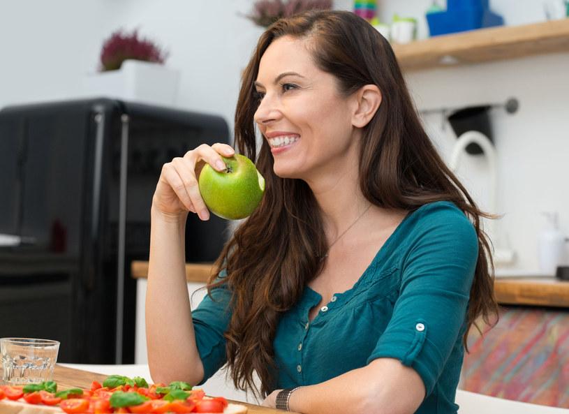 Lubisz kwaśne jabłka? Z myciem zębów poczekaj przynajmniej 30 minut /123RF/PICSEL