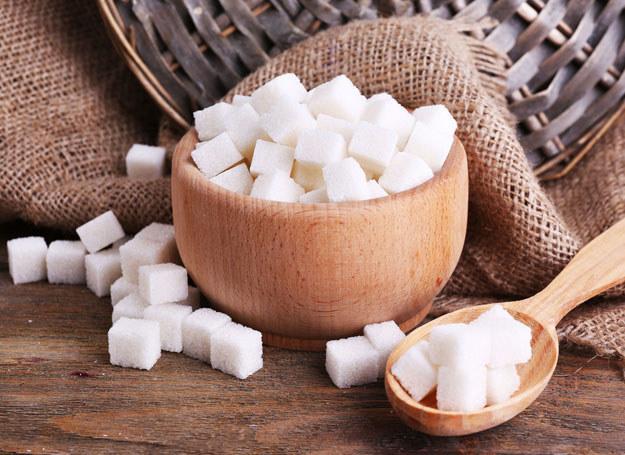 Lubisz słodką herbatę? Może sięgniesz po zdrowsze zamienniki cukru? /123RF/PICSEL