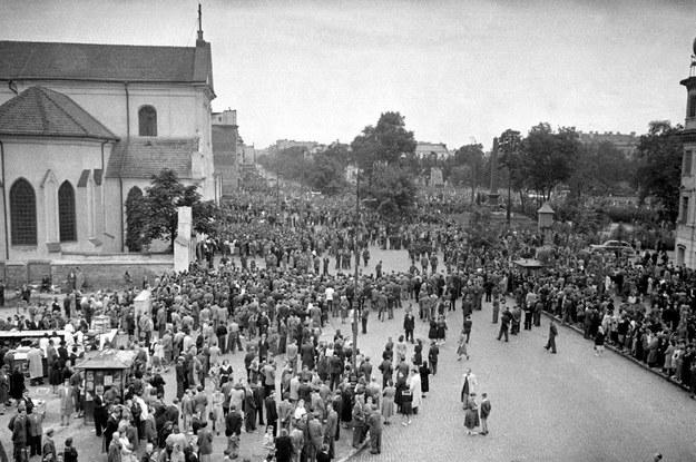 """Lublin, 17 lipca 1949 r. Wiec zorganizowany przez władze komunistyczne, potępiający """"ciemnotę i zabobony"""", będący reakcją na wydarzenia związane z cudem lubelskim /KAROL SZCZECINSKI /East News"""