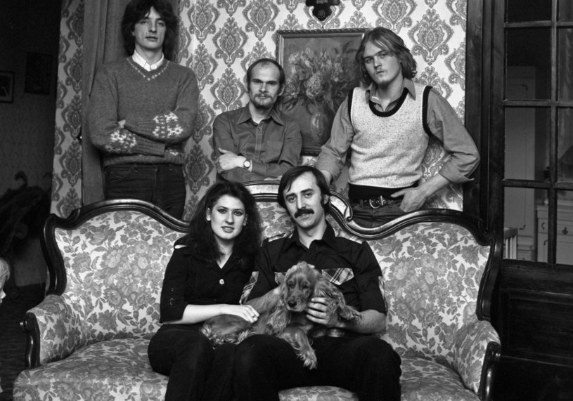 """Lublin, 1979. Zespół """"Bajm"""", od lewej: Marek Winiarski, Beata Kozidrak, Jarosław Kozidrak, Andrzej Pietras, Andrzej Gronkiewicz /Jacek Mirosław /Agencja FORUM"""