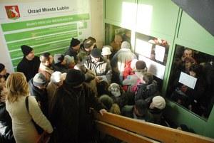 Lublin: Kolejki w urzędach. Tułajew proponuje drugą zmianę