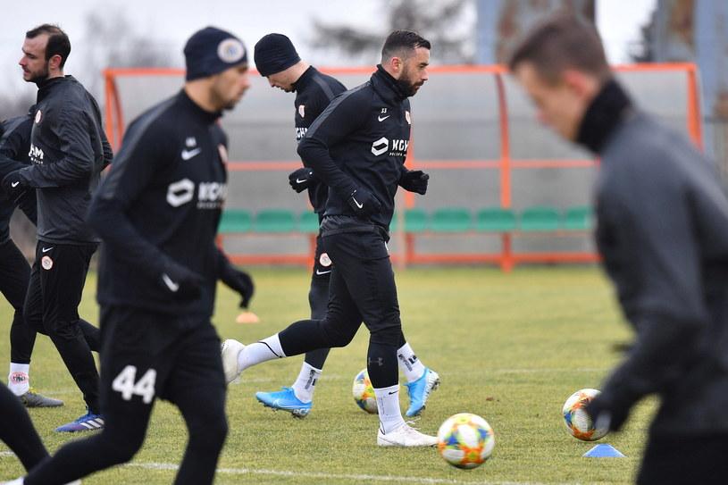 Lubomir Guldan (z piłką) przedłużył kontrakt z Zagłębiem /PAP/Sebastian Borowski /PAP