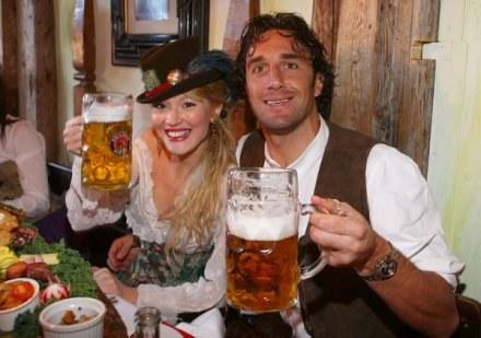 Luca Toni  jego partnerka Marta Cecchetto nie posmakują piwa na najbliższym Oktoberfest /AFP