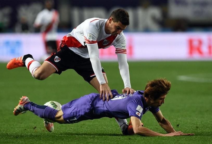 Lucas Alario (biała koszulka) strzelec jedynego gola w środowym meczu /AFP