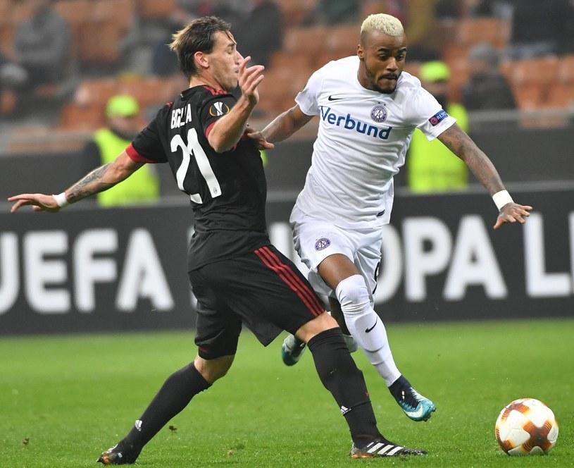 Lucas Biglia (z lewej) walczy o piłkę z Felipe Piresem /PAP/EPA
