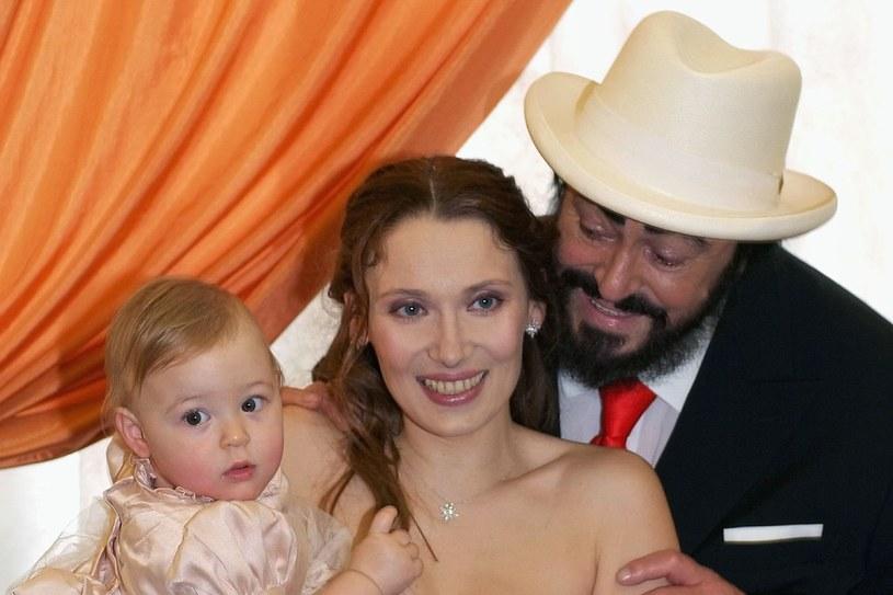 Luciano Pavarotti i Nicoletta Mantovani wzięli ślub w 2003 r. Na zdjęciu z ich roczną córką Alice /ALBERTO PIZZOLI /Getty Images