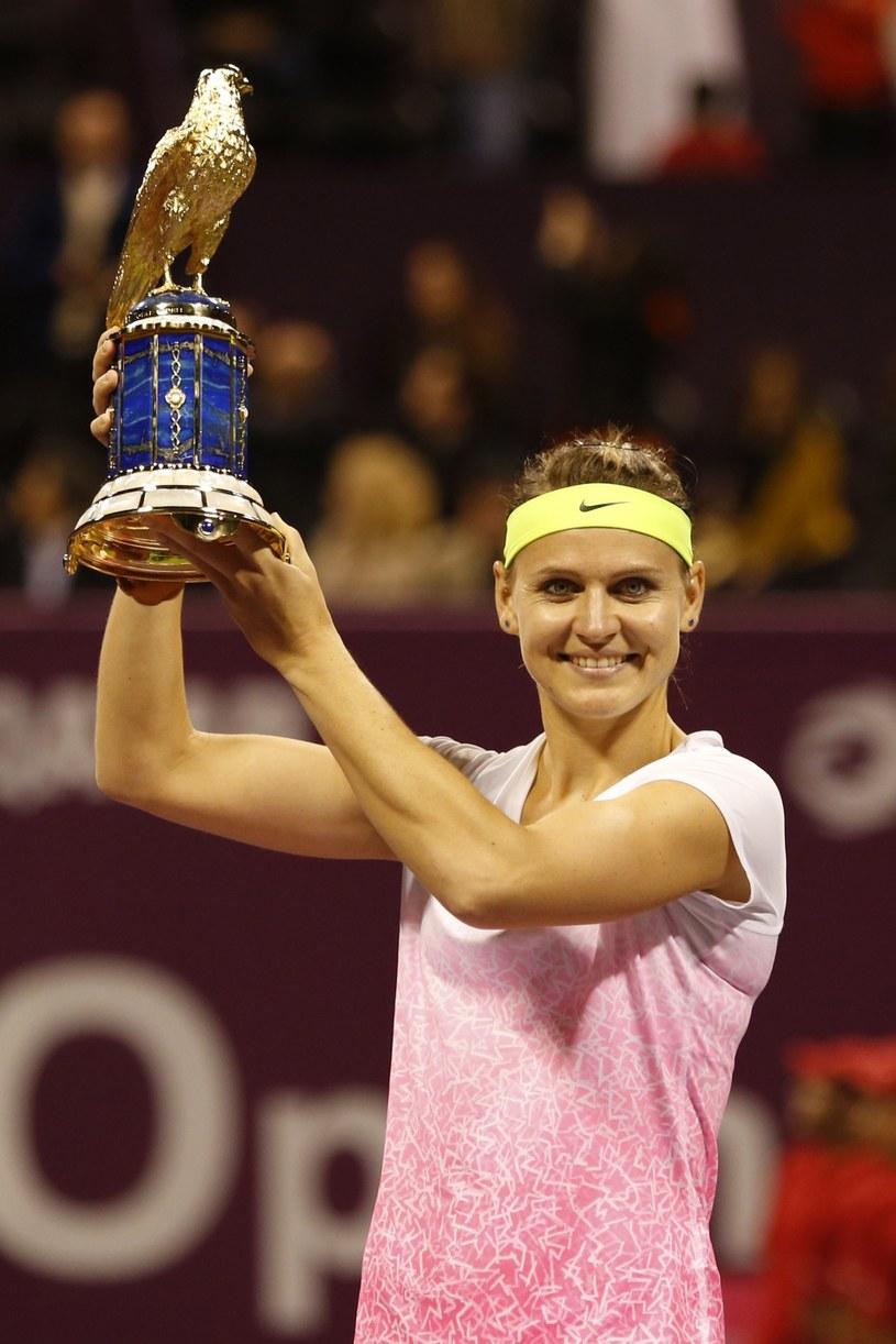 Lucie Szafarzova z pucharem za wygraną w WTA Qatar Total Open. /AFP