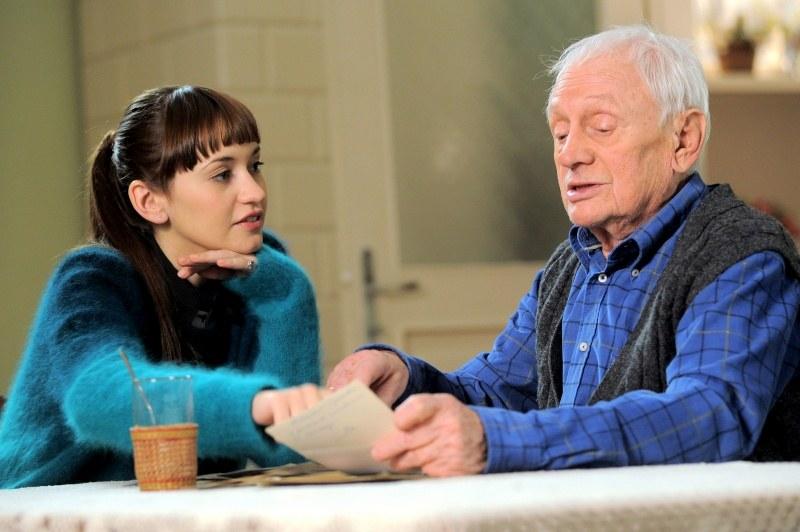 Lucjan poczęstuje Jankę sokiem z jabłek i opowie, że rodzina od pokoleń zajmuje się sadownictwem. /Agencja W. Impact