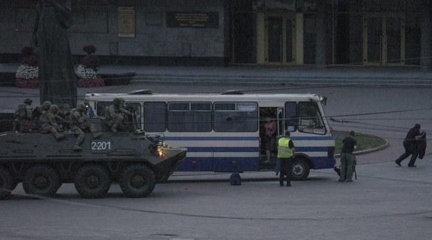 Łuck: Zakładnicy uwolnieni zostali po szturmie sił bezpieczeństwa /MARKIIAN LYSEIKO  /PAP/EPA