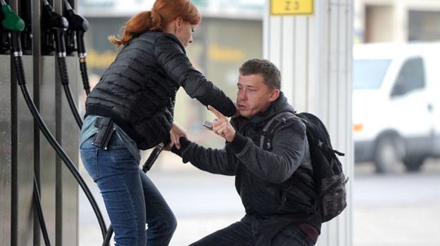 Lucyna (Magdalena Walach) stanie oko w oko z szaleńcem chcącym podpalić się na stacji benzynowej /Agencja W. Impact