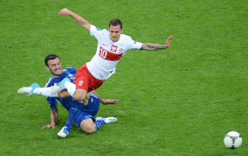 Ludovic Obraniak (biało-czerwony strój) w koszulce reprezentacji Polski /AFP