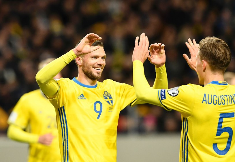 Ludwig Augustinsson (z prawej) zadebiutował już w pierwszej kadrze Szwecji /AFP