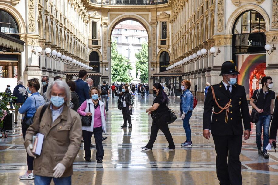Ludzie chodzący po galerii Vittorio Emanuele II w Mediolanie we Włoszech /MATTEO CORNER /PAP/EPA