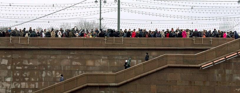 Ludzie czekają, by złożyć kwiaty w miejscu, gdzie zginął Borys Niemcow /AFP