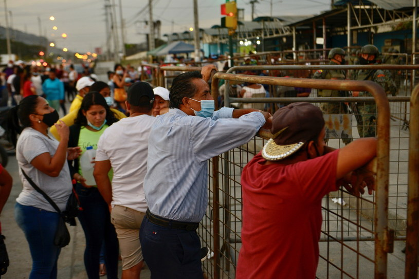 Ludzie czekają na informacje o zamieszkach w więzieniu /MARCOS PIN  /PAP/EPA