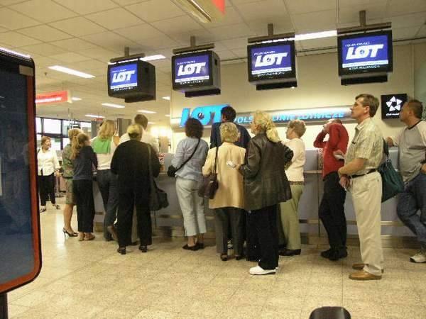 Ludzie czekają na lotnisku /INTERIA.PL