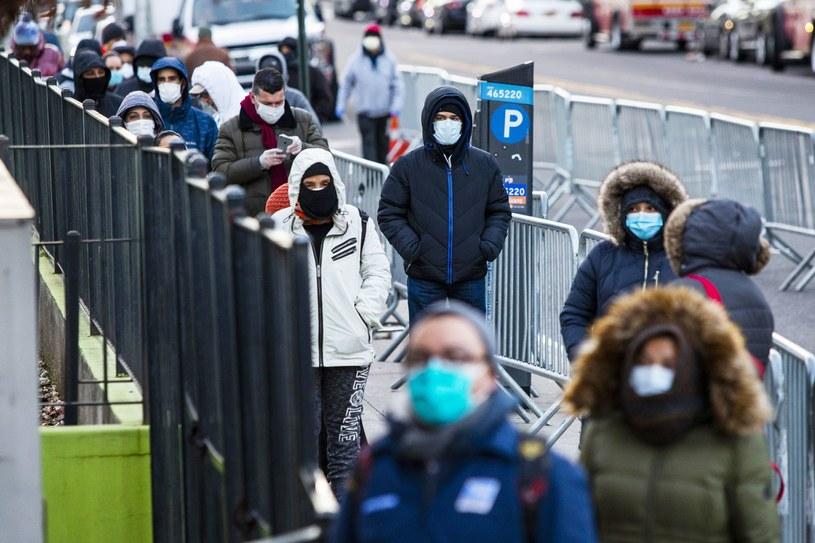 Ludzie czekają przed szpitalem na wykonanie testu na obecność koronawirusa, Nowy Jork /AFP