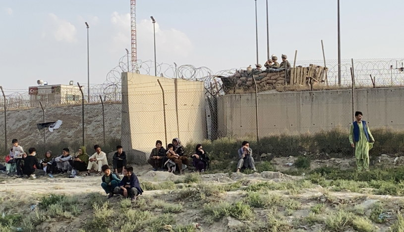 Ludzie czekający przed lotniskiem w Kabulu /STRINGER /PAP/EPA