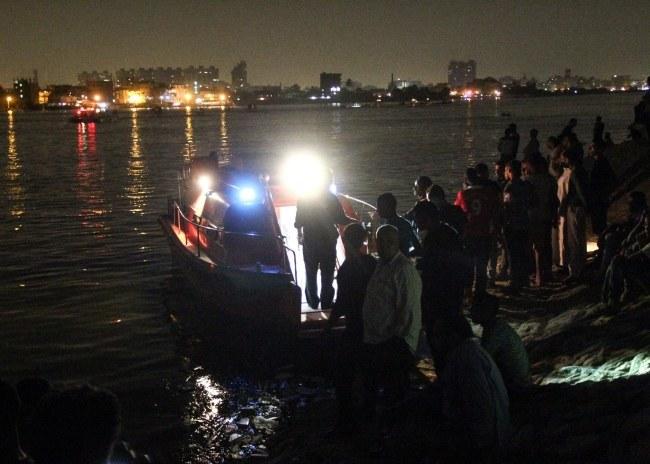 Ludzie gromadzą się na brzegu w pobliżu miejsca wypadku /PAP/EPA/MOHAMED KAMAL /PAP/EPA