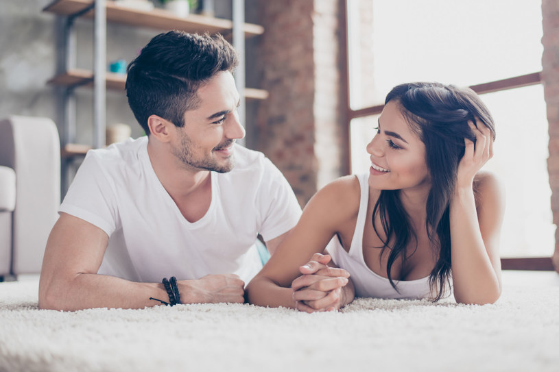 Ludzie, których łączą bliskie stosunki najczęściej nie boją się patrzeć sobie głęboko w oczy /123RF/PICSEL