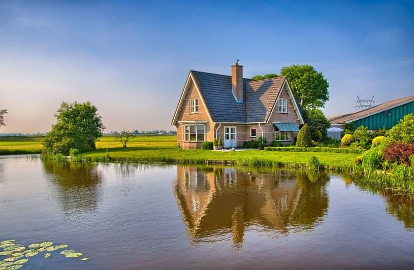 Ludzie mieszkający nad wodą mają większą szansę na bycie szczęśliwymi /123RF/PICSEL