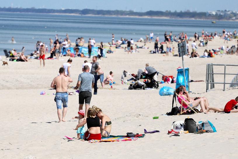 Ludzie na plaży w Sarbinowie / Jakub Kamiński    /East News