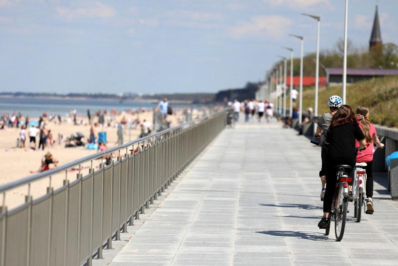 Ludzie na plaży w Sarbinowie /Jakub Kaminski/East News /