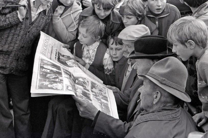 """Ludzie na ulicach Krakowa czytają specjalne wydanie """"Tygodnika Powszechnego"""" poświęcone nowemu papieżowi /Wojtek Laski /East News"""