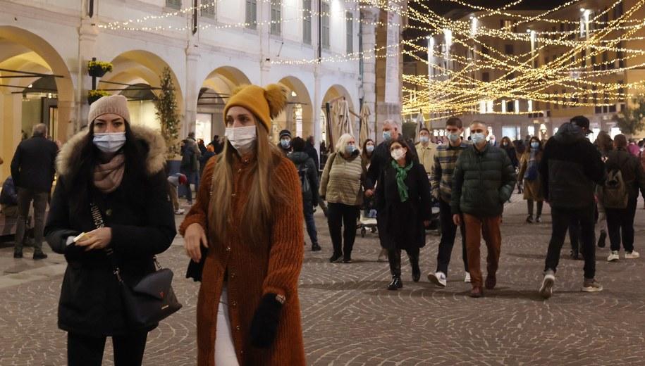 Ludzie na zakupach w Brescii /FILIPPO VENEZIA /PAP/EPA