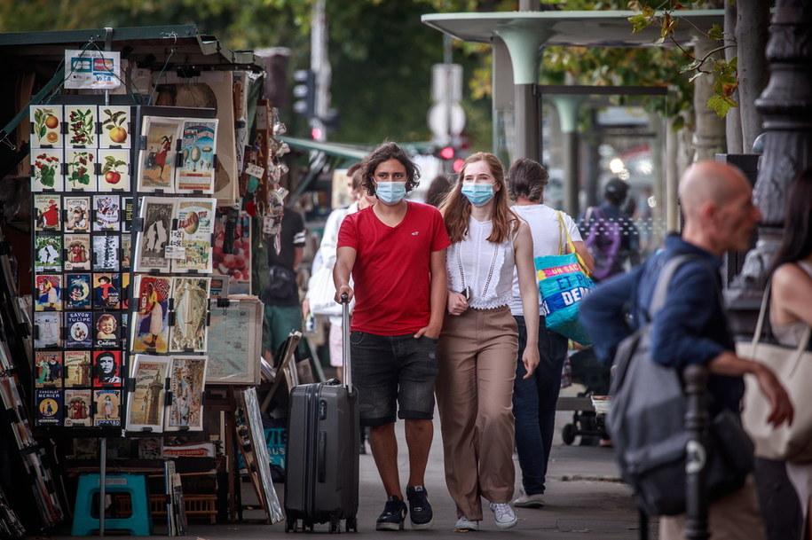 Ludzie noszący ochronne maski na twarzach, spacerując po Paryżu /CHRISTOPHE PETIT TESSON /PAP/EPA