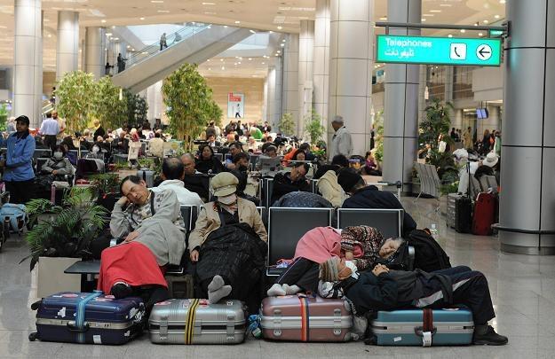 Ludzie oczekujący na lotnisku w Kairze /AFP