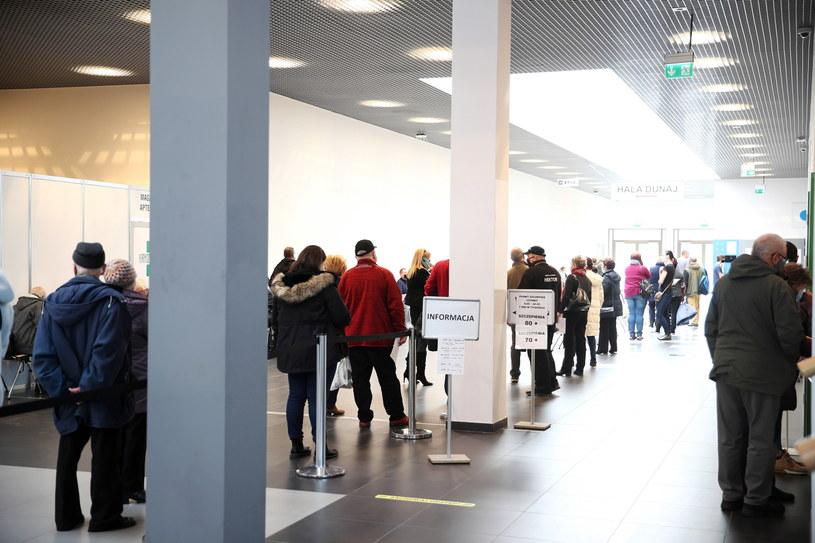 Ludzie oczekujący na szczepienie przeciw COVID-19 w szpitalu tymczasowym w EXPO Kraków //Łukasz Gągulski /PAP