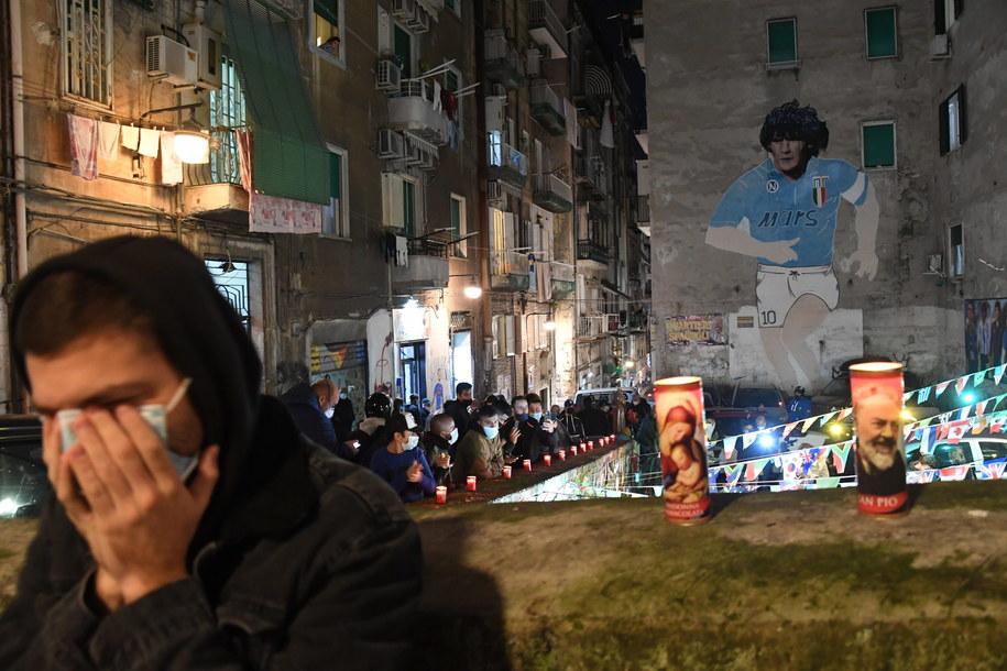 Ludzie oddają hołd przed budynkiem w Neapolu, na którym namalowano mural z Maradoną /CIRO FUSCO /PAP/EPA