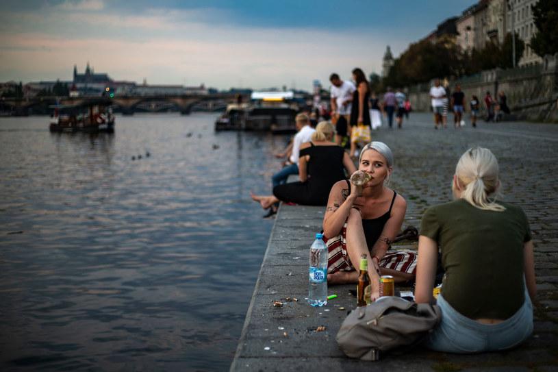 Ludzie odpoczywający nad Wełtawą w Pradze /Gabriel Kuchta /Getty Images