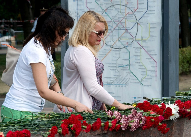 Ludzie po katastrofie składali kwiaty obok wejścia do metra, zdj. ilustracyjne /AFP
