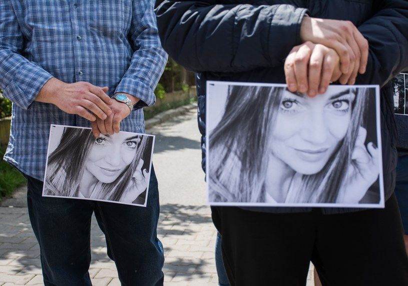 Ludzie pod ambasadą Egiptu ze zdjęciami Magdaleny Ż. /East News