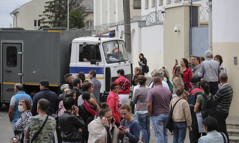 Ludzie przed tymczasowym aresztem w Mińsku, gdzie przetrzymywani są aresztowani, zdjęcie z 12 sierpnia 2020 /EPA/TATIANA ZENKOVICH  /PAP/EPA
