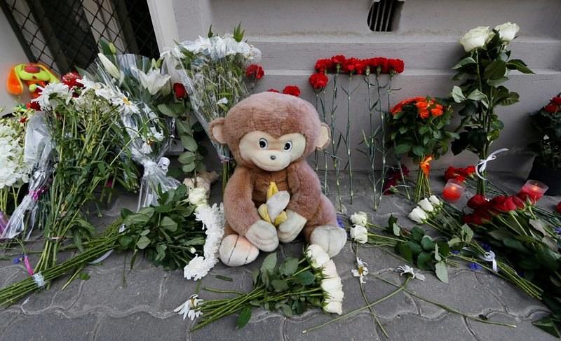 Ludzie składają kwiaty, znicze i maskotki pod ambasadą Holandii w Rosji /YURI KOCHETKOV /PAP/EPA