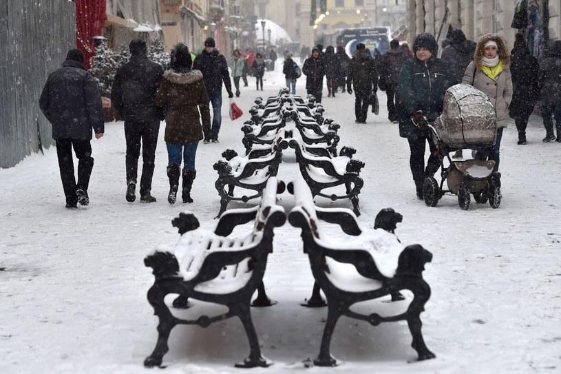 Ludzie spacerują w centrum Lwowa. Odra dotarła już do tego miasta. /AFP