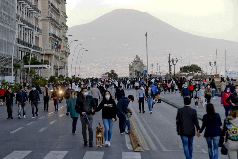 Ludzie spacerujący po ulicach Neapolu /CIRO FUSCO /PAP/EPA