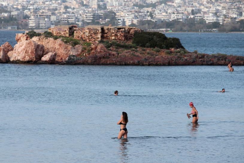 Ludzie tłumnie gromadzili się na plażach, placach i w parkach /PANTELIS SAITAS /PAP/EPA