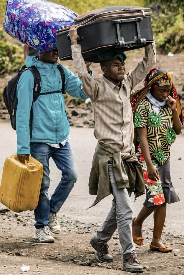 Ludzie uciekają często z całym swoim dorobkiem /Michel Lunanga /PAP/EPA
