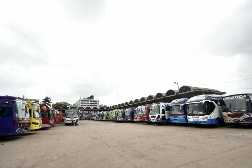 Ludzie uciekają w popłochu, a autobusy w Dhace muszą stać na zajezdni /Salim/Xinhua News /East News