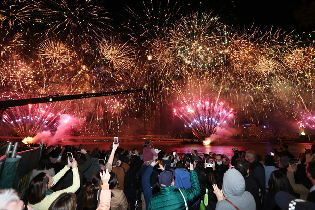 Ludzie w australijskim Brisbane cieszą się z wyboru ich miasta na gospodarza igrzysk olimpijskich w 2032 roku /Jason O'Brien /PAP/EPA