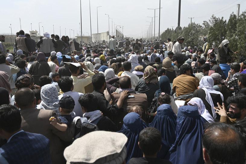 Ludzie w drodze na lotnisko w Kabulu /AFP