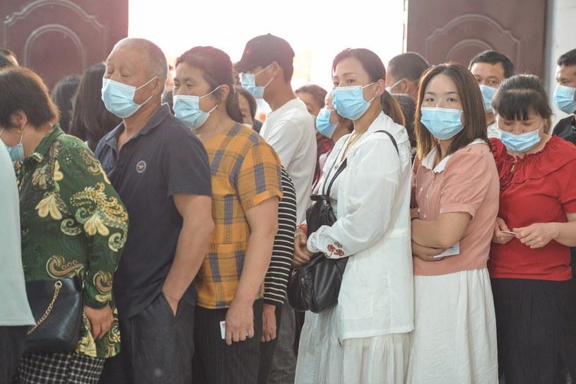 Ludzie w kolejce do szczepień przeciw COVID-19 w Fuyang, we wschodniej chińskiej prowincji Anhui /STR /AFP
