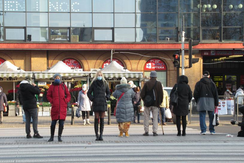 Ludzie w maseczkach na przejściu dla pieszych przed Halą Mirowską /Marek BAZAK/East News /East News