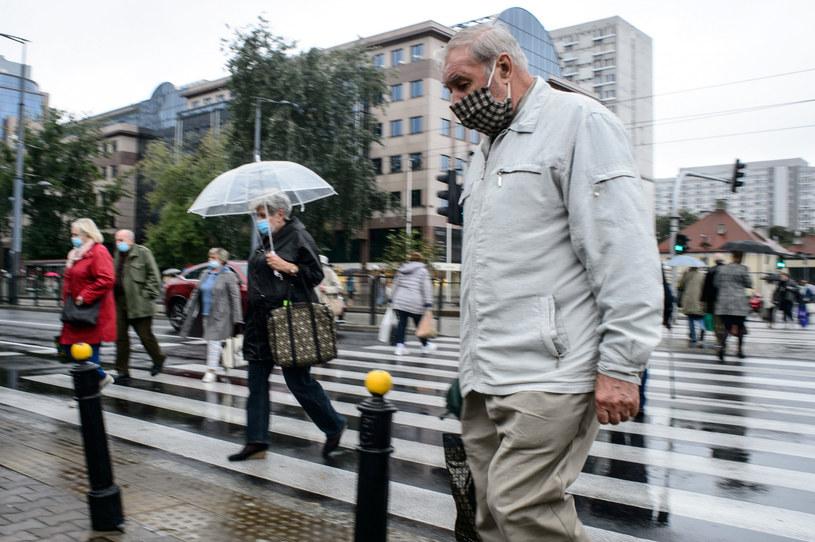 Ludzie w maseczkach na ulicach Warszawy /Zbyszek Kaczmarek /Reporter